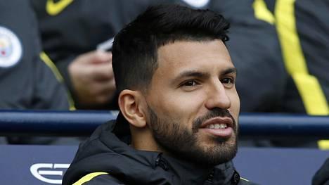 Sergio Agüero näki penkiltä, kun Gabriel Jesus upotti Swansean kahdella maalillaan.