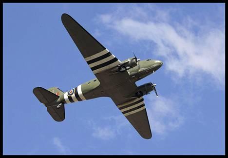Toisen maailmansodan aikainen C47 Dakota -sotilaskone lensi seremoniallisesti Mooren hautajaispaikan yli.