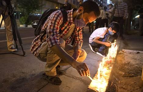 Uhrien muistolle sytytettiin lukuisia kynttilöitä eri puolilla maailmaa. Kuva Iranista Libanonin suurlähetystön edustalta.