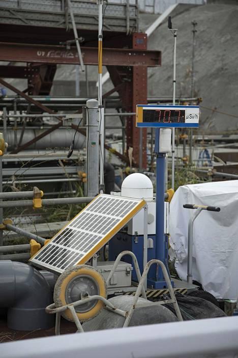 Suomen säteilyturvakeskus pitää sataa mikrosievertiä tunnissa säteilyannoksena, jonka jälkeen esimerkiksi sisälle suojautuminen on tarpeen. Fukushiman voimalan aurinkovoimalla käyvä mittari näytti hitusen yli 70 mikrosievertin säteilyannos tunnissa.