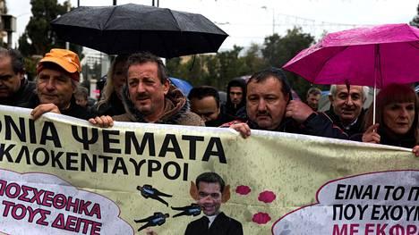 Ateenassa vastustettiin eilen terveydenhoitosektorille kohdistuvia leikkauksia