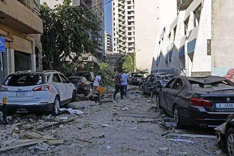 Kadut täyttyivät rikkinäisestä lasista ja muusta romusta. Monet kulkivat kaduilla ilman kenkiä.