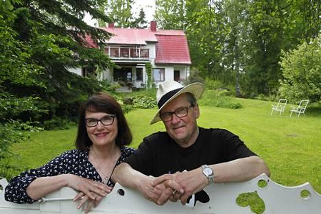 Panu Rajala ja Marja Norha Hämeenkyrön kotinsa pihassa vuonna 2015.