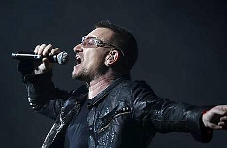 Bono johdattelee bändinsä Olympiastadionille.