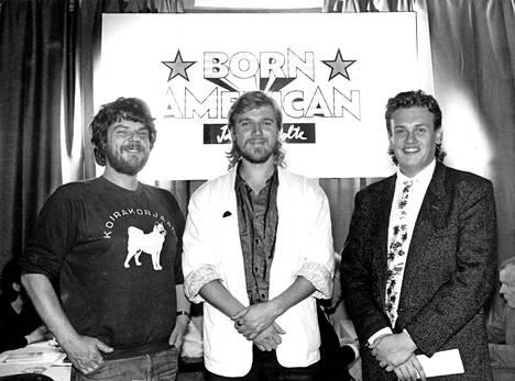 """Erkki """"Hyeena"""" Hämäläinen (vas.), Renny Harlinin ja Markus Selinin elokuvasta Jäätävä polte on nyt kulunut 30 vuotta, kuva otettu 8. lokakuuta 1985. Sitä virstanpylvästä juhlitaan kaveripiirissä Suomessa."""