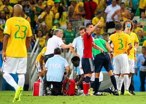 Brasilian joukkueen lääkärit ja muu huoltohenkilökunta tutkii Neymarin vammaa.