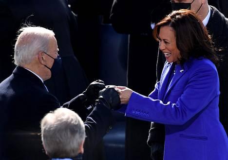 Myös Kamala Harris ja Joe Biden onnittelivat toisiaan nyrkkitervehdyksellä.