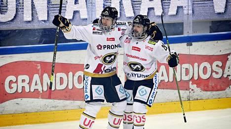 Jussi Jokinen (vas.) juhli Radek Koblizekin kanssa avausmaalia TPS:ää vastaan.