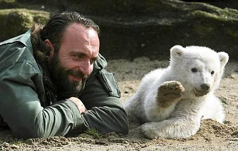 Kolmikuinen Knut yhdessä hoitajansa Thomas Dörfleinin kanssa.