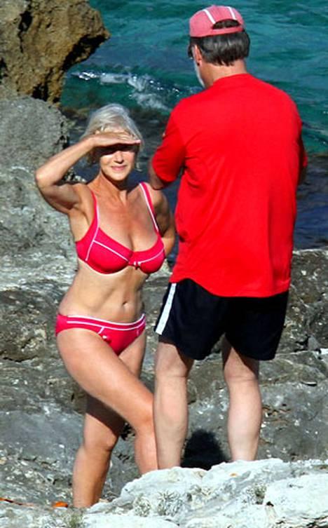 Tähti esitteli huikeaa aikuisen naisen vartaloaan Italian-lomallaan. Mirren lomailee turkoosin veden äärellä yhdessä ohjaaja-aviomiehensä Taylor Hackfordin, 63 kanssa.