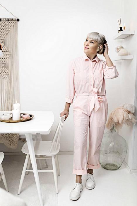 Anni pukeutui ennen vain mustaan tai valkoiseen, kunnes ihastui vaaleanpunaiseen. Haalari on Samsøe & Samsøen.
