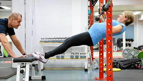 Purjehduksen olympiamitalisti Tuuli Petäjä-Sirenin raskausajan kunto-ohjelmaan kuuluvat muun muassa leuanvedot vaakatasossa.