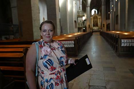 Hääsuunnittelija Anu Beadle saapui kirkkoon hetki ennen vihkimisen alkua.