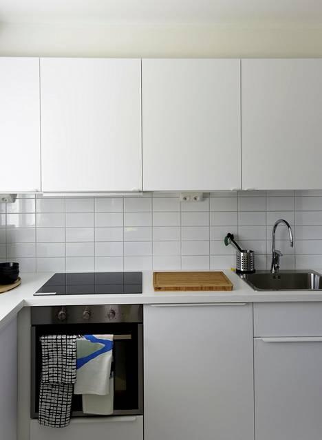 Ikean keittiössä on käytetty KUNGSBACKA-ovia, jotka on valmistettu kierrätetystä puusta ja päällystetty PET-muovipulloista valmistetulla kalvolla. BoKlok / Skanska ja Ikea.