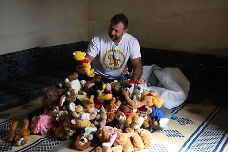 Adhamilla oli päällään lelusalakuljettaja-paita. Lelut hän kertoo tuoneensa Suomesta Syyriaan.