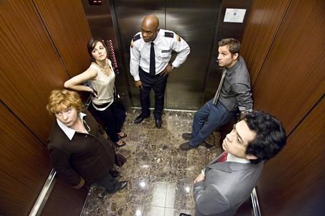 Viisi ihmistä jää loukkuun hissiin, ja yksi loukkuun jääneistä on itse paholainen.