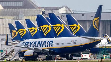 Ryanairin matkustajakoneita Dublinin lentokentällä Irlannissa 23. maaliskuuta 2020.