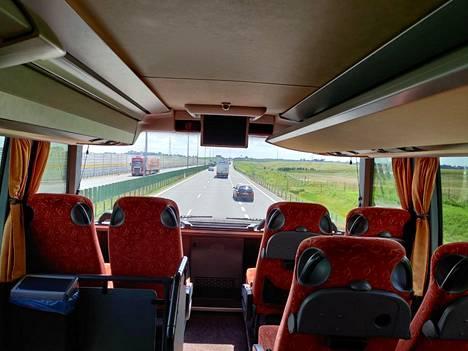 Henri Autio kehuu bussin tilavuutta.
