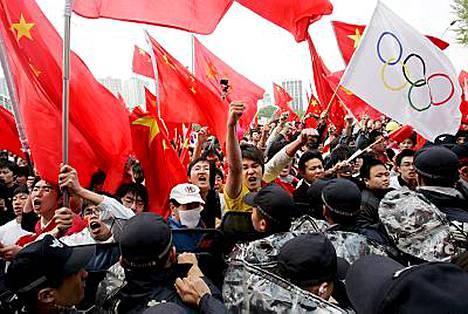 Pian viestin lähdön jälkeen reitin varrella puhkesi yhteenottoja kiinalaismielisten mielenosoittajien ja pohjoiskorealaisten pakolaisryhmien välillä.