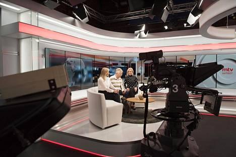 MTV:n aamuohjelman kuvausta Helsingissä viime joulukuussa. Ohjelmassa mukana Kirsi Alm-Siira, Pekka Pouta ja Minna Korkka sekä Poudan koira Sini.