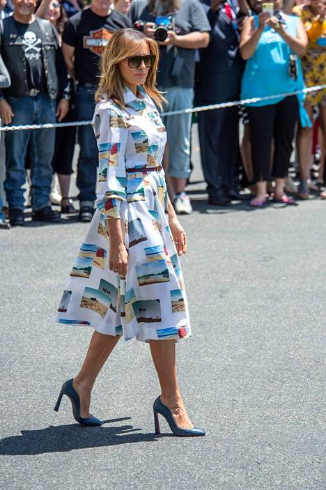Melania Trump pukeutui Calvin Kleinin postikortein koristeltuun silkkimekkoon.