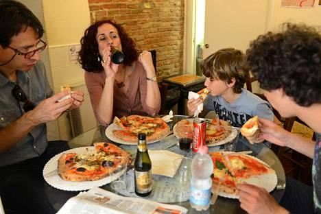 Pizza syödään sormin. Sen kanssa saa juoda olutta, mutta muuten ruokajuomana on aikuisilla viini tai pullovesi.