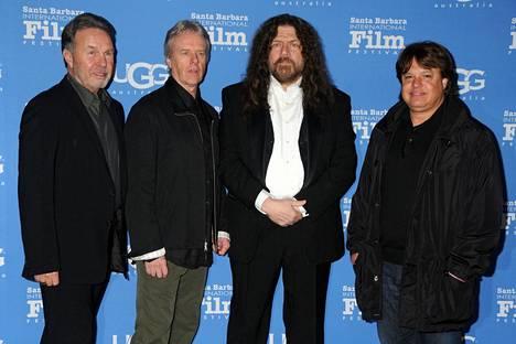 Robbie Steinhardt (toinen oikealta) kuvattuna yhdessä Kansas-yhtyeen rumpalin Phil Ehartin (toinen vasemmalta) vuonna 2015.