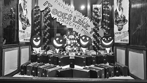Helsinkiläinen Fazerin musiikkiliike 1929. Tarjolla matkagramofoneja ja levyjä!