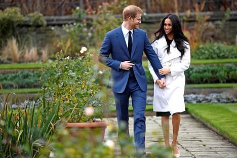 Harry ja Meghan astelivat median eteen Kensingtonin palatsissa kihlajaisuutisen julkistuksen jälkeen. Harry kertoi heti tienneensä Meghanin olevan hänelle se oikea.