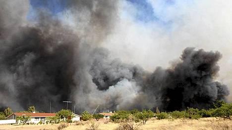 Kodit ovat vaarassa, USA Todayn mukaan yli 10000 ihmistä on paennut metsäpalojen alta.