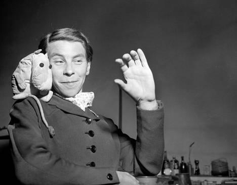 Tove Jansson kotonaan vuonna 1954.
