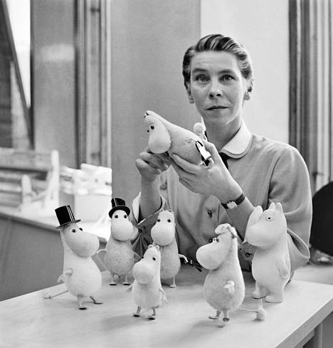 Tove Jansson muumihahmojen kanssa vuonna 1956.