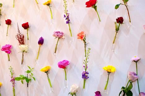 Kauniitkaan kukkaset ja koreat koristelut eivät pelasta metsään meneviä juhlia.