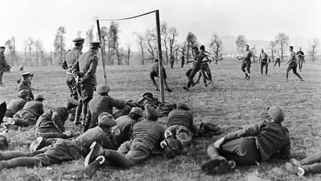 Brittisotilaiden ja upseerien joukkueet kohtasivat ottelussa Thessalonikissa joulupäivänä 1915. Vastaavia otteluita pelattiin myös vihollisten kesken.