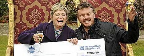 Lottovoittaja Page ja Laycock jakavat iloa ja hyvinvointia myös ympärilleen.