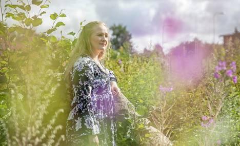 """""""Väkivaltaan liittyy hirveä häpeä ja syyllisyys. Väkivalta oli muka aina minun syyni, koska en ollut kuunnellut tai ärsytin"""", Johanna Huhtamäki sanoo."""