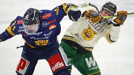 Lukon Anrei Hakulinen (vas.) teki kaksi maalia ja syötti yhden, kun raumalaiset ottivat tiistaina toisen kiinnityksen välieräpaikkaan.