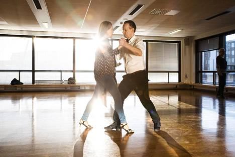 """Raimo Simosen mukaan tanssi on luonnollinen tapa ryhtyä juttusille """"daamien"""" kanssa."""