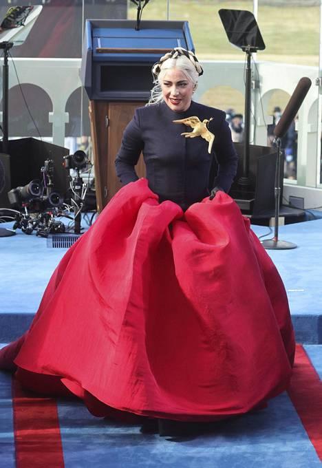 Lady Gagan mahtipontinen asuvalinta herätti huomiota virkaanastujaisissa.