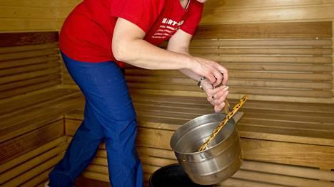 Joulusiivous alkaa saunasta. Siivoukseen kuluu saunan koosta riippuen noin 1-2 tuntia, asiantuntija kertoo.