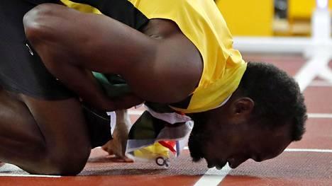 Usain Bolt näytti tunteensa 100 metrin finaalin jälkeen Lontoossa.