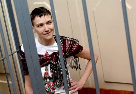 Ukrainalainen Nadia Savtshenko on ollut vangittuna Venäjällä lähes vuoden. Hänet kuvattiin moskovalaisen tuomioistuimen edessä sunnuntaina.