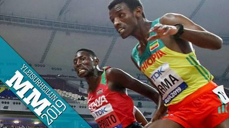Kenian Conseslus Kipruto ja Etiopian Lamecha Girma ylittivät maaliviivan rinta rinnan.