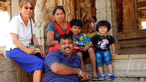Jouni Ekonen ja Eira Karppinen kävivät intialaisen perheensä kanssa Hampin maailmanperintökohteessa Karnatakan osavaltiossa. Edessä perheen isä Sandy. Ylhäällä vasemmalta Eira, perheemme äiti Savita, poika Saksham ja tytär Saliksha.