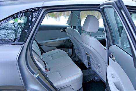 Takaistuimelle mahtuu noin 180-senttinen matkustaja jalkoineen ongelmitta, jos edessä istuu saman mittainen henkilö. Pääntilaa on pidemmällekin.