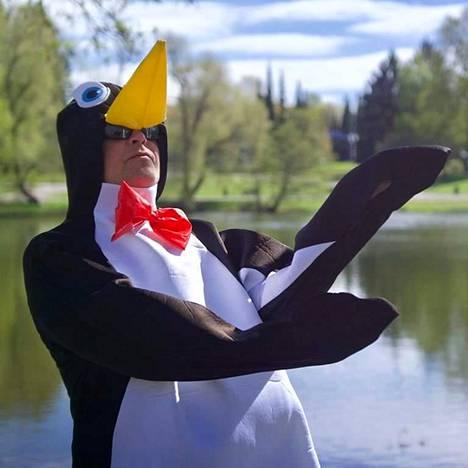 Pingviini on herättänyt hilpeyttä ja innostanut lapsia keräämään roskia.