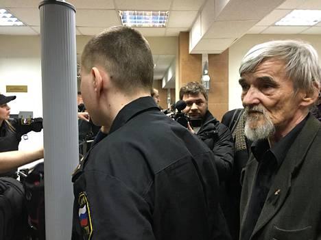 Juri Dmitrijev kuvattuna ensimmäisen oikeudenkäyntinsä aikana. Tuolloin hänet vapautettiin lapsipornografiasyytteistä, mutta parhaillaan hän on uudelleen vangittuna uusien lapsiseksisyytteiden takia. Venäjän ihmisoikeusjärjestöt pitävät syytteitä poliittisina ja tekaistuina.