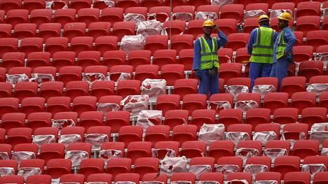 Al Bayt -stadionille on asennettu istuimia valmiiksi.