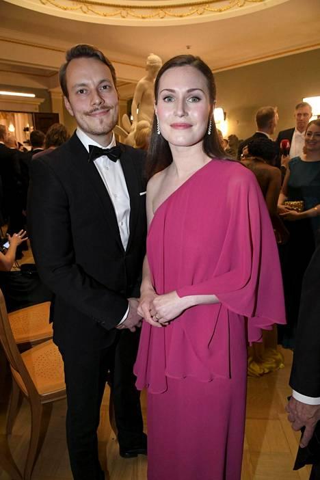 Sanna Marin edusti puolisonsa Markus Räikkösen kanssa Linnan juhlissa itsenäisyyspäivänä perjantaina.