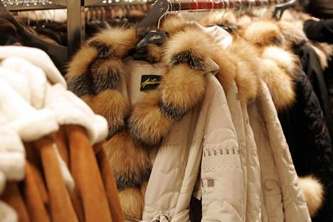 Alennusmyynnissä olevia takkeja Ajattaren myymälässä.
